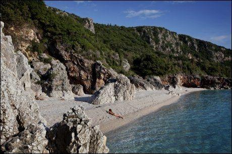 FOR SEG SELV: Her ligger en mann aldeles naken og for seg selv på en idyllisk strand. Foto: JØRGEN BRAASTAD