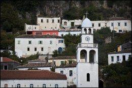 SMÅ LANDSBYER: Dherma i Albania minner om en gresk liten landsby. Foto: JØRGEN BRAASTAD