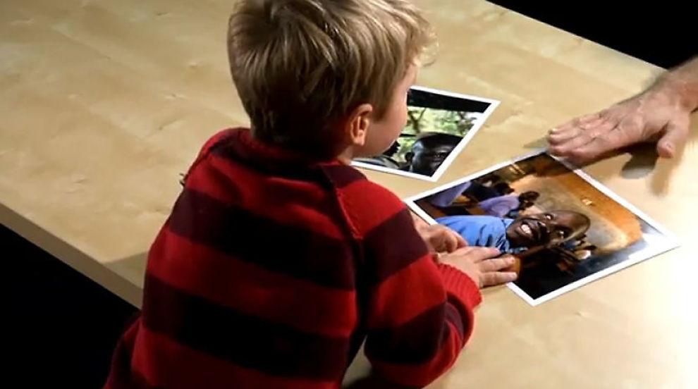BRUKER STERKE VIRKEMIDLER: Her forteller filmskaperen Jason Russel sønnen Gavin om den beryktede geriljalederen Joseph Kony og hans brutale metoder. Innblandingen av den fem år gamle gutten er blant noe av det forsker Morten Bøås reagerer på. Foto: Skjermdump fra «Kony 2012»