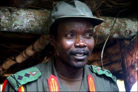ETTERSØKT: Joseph Kony er blant annet ettersøkt av menneskerettighetsdomstolen i Haag for alvorlige krigsforbrytelser. Her er han avbildet i Kongo i 2006. Foto: AP