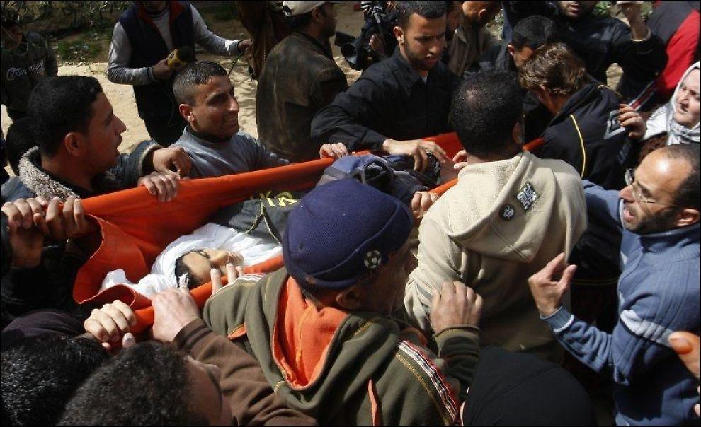 BEGRAVES: Her bæres den 12 år gamle gutten som mistet livet i et israelsk luftangrep til sin begravelse søndag. Foto: AP
