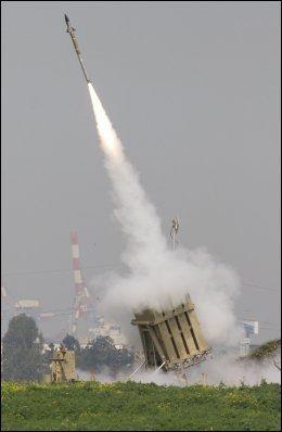 FORSVAR: Her skytes israelske antimissil raketter for å avskjære palestinske raketter skutt mot Israel. Samtidig angriper Israel Gaza fra luften. Foto: AP