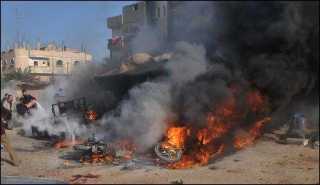 LUFTANGREP: Palestinere forsøker å slukke brann forårsaket av israelske raketter igår. Foto: AFP