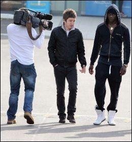 ÅPENHJERTIG: Mario Balotelli svarer på spørsmål fra Noel Gallagher. Foto: Pa Photos