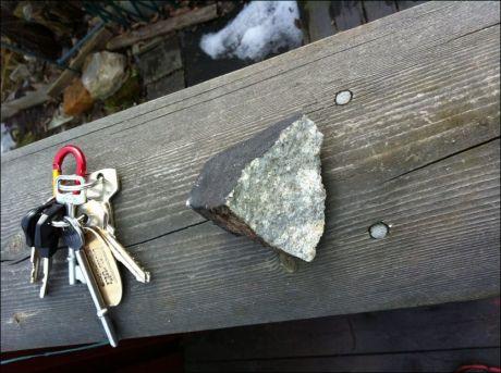 STEINHARD: Den mulige meteoritten er knapt større enn et nøkkelknippe, men skal altså ha knust takmønet på en hytte i kolonihagen. Foto: Rune Thomassen.