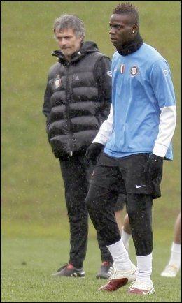 KJØLIG: Mario Balotellis forhold til José Mourinho er ikke det beste. Her fra tiden deres sammen i Inter. Foto: AP