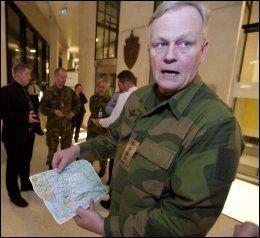 FULLT FOKUS PÅ SØK: Forsvarssjef Harald Sunde viser på kartet hvor letemannskapene fokuserer. Foto: Espen Braata.