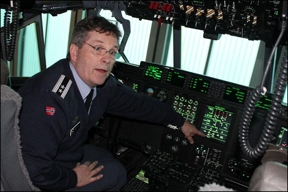 """ERFAREN PILOT: Trond Sølna er landets mest erfarne Hercules-pilot. Her sitter han bak spakene på """"Frigg"""", som for øyeblikket er stasjonert i hangaren på Gardermoen militære flyplass. Foto: MATS BLEIKELIA/VG"""