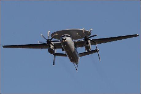 HAWKEYE: Et av verdens mest avanserte overvåkningsfly, et Hawkeye, skal bistå i letingen etter det norske flyet. Foto: AP