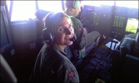 PÅ JOBB: Bildet av Siw Robertsen (45) er fra cockpiten på Hercules-flyet «Nanna» høsten 2010. Hennes slektning, LO-sekretær i Finnmark Bjørn Johansen, fikk tilfeldigvis haik med samme fly da han gikk på Forsvarets høyskole. Foto: BJØRN JOHANSEN