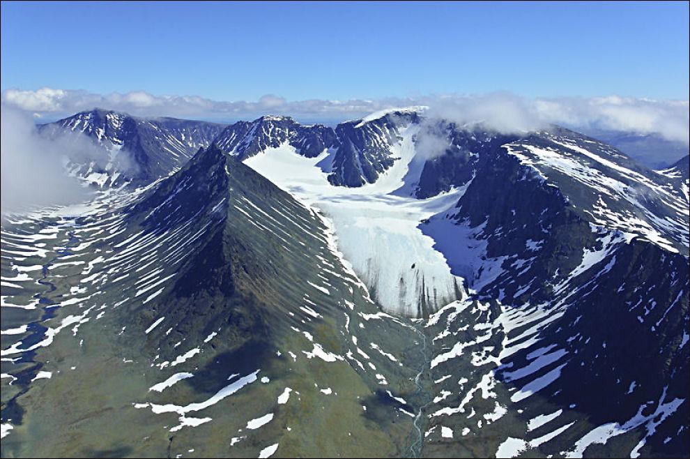 FJELLOMRÅDET: Dette flybildet viser Drakryggen i Kebnekaise-fjellene i Nord-Sverige hvor leteaksjonen nå pågår. Hos den svenske sjø- og flyredningen tror de flyet kan ha truffet fjellet til høyre i bildet. Foto: Tomas Johansson/Fjellfotografen.se