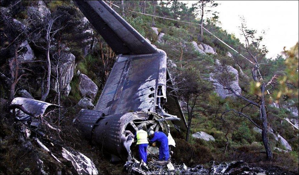 VRAKRESTER: Fire personer omkom da et fly kjørte av rullebanen på Stord lufthavn i oktober 2006. Foto: Hugo Bergsaker/VG