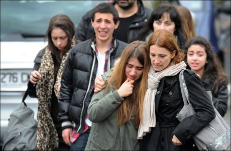 I SJOKK: Ungdom er her på vei vekk fra skolen der angrepet fant sted. Foto: AFP