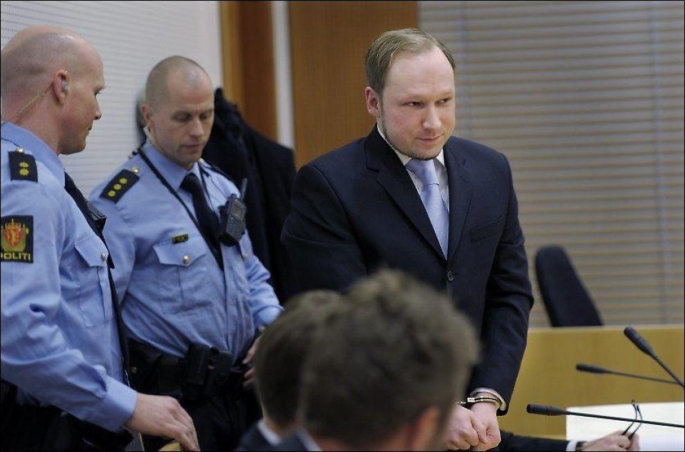 VIL INTERVJUES: Anders Behring Breivik, her under fengslingsmøte i Oslo tingrett, vil la seg intervjue av et utenlandsk medie. Foto: HELGE MIKALSEN / VG