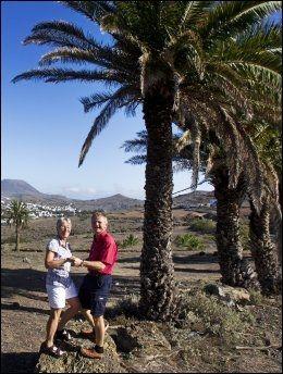 LANZAROTE: Solia setter opp fly til Lanzarote neste vinter. Her er tidligere sjømannsprest på øya Karl Hjelmeland, og hans kone Synnøve Authen i Palmenes dal. Foto: Frode Hansen