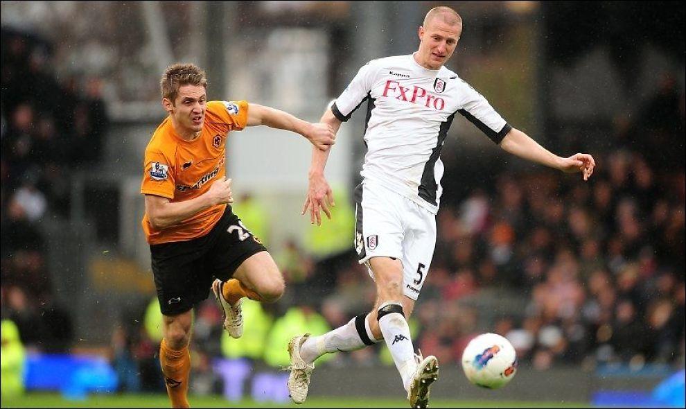 SELGES? Brede Hangeland, her i duell med Wolves-spiller Kevin Doyle, trekkes frem som et av Fulhams heteste salgsobjekter. Foto: PA Photos