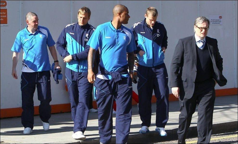 BESØKTE MUAMBA: Flankert av to personer i Boltons støtteapparat kom Jussi Jääskelainen (fra venstre), Zat Knight og David Wheater til sykehuset i London foran cupkampen mot Tottenham. Foto: wenn.com