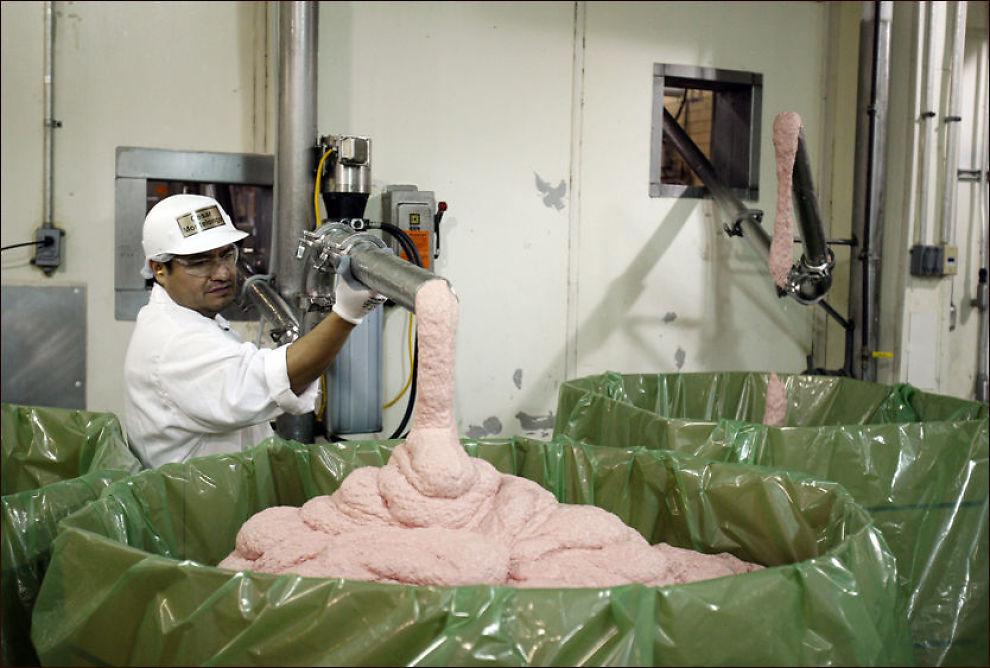 descrizione nella didascalia un uomo scarica pink slime dalla macchina