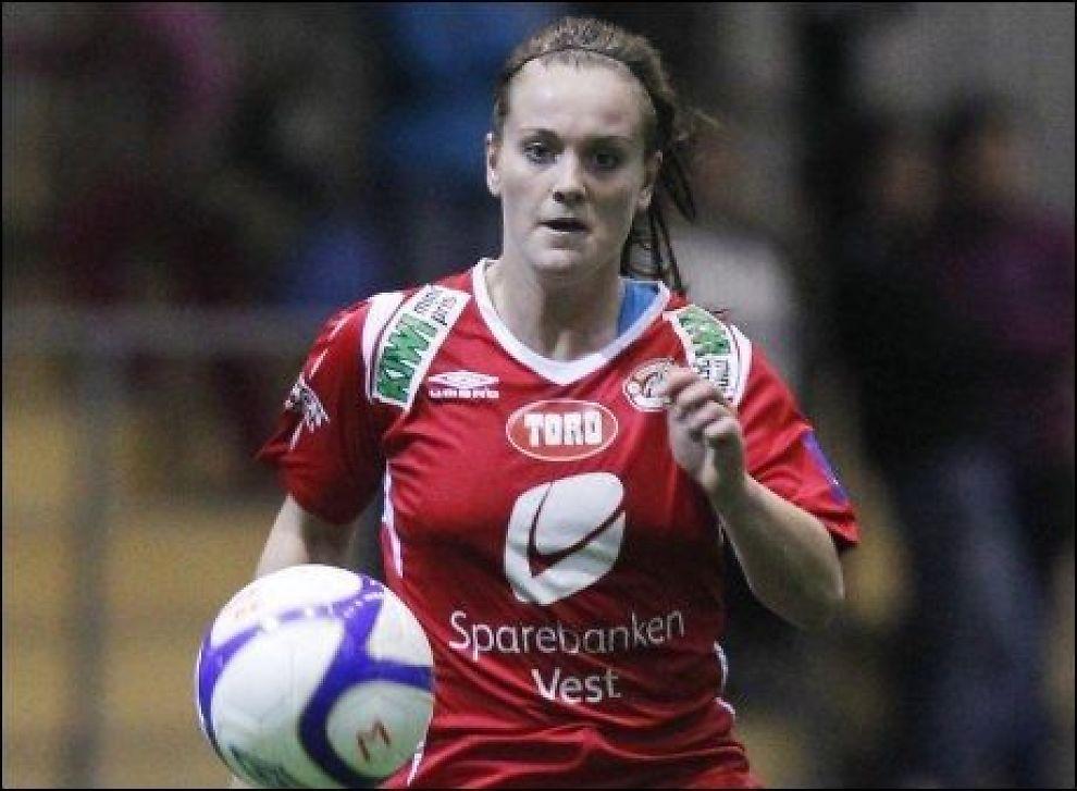 SCORET TO: Hege Hansen scoret to da Norge slo Bulgaria 3-0 i EM-kvalifiseringen lørdag. Her er hun i aksjon for Arna-Bjørnar i 4-3-serien mot LSK Kvinner. Foto: Håkon Mosvold Larsen, Scanpix