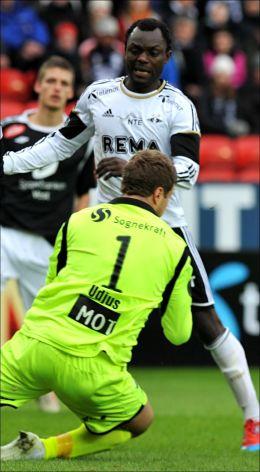 HODLT NULLEN: Sogndal-keeper Kenneth Udjus fanger ballen foran John Chibuike. Foto: Scanpix