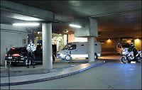 Breivik ankommer tingretten i spesialsikret fangebil