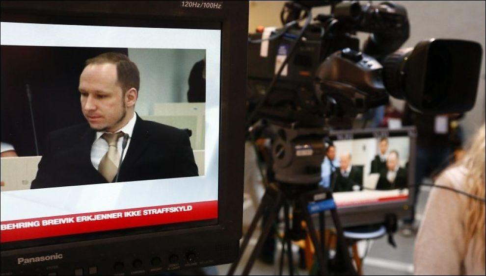FÅR IKKE FILME: Journalister fra hele verden dekker rettssaken mot Anders Behring Breivik. Men ingen fikk i dag lov til å videreformidle forklaringen hans på TV. Foto: Reuters