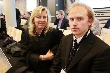 TÅLER DET: For overlevende fra Utøya Bjørn Ihler ville en kringkasting vært uproblematisk. Han har fulgt rettssakens to dager sammen med advokat Anne Gry Rønning-Aaby. Foto: Scanpix