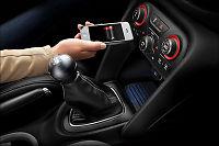 Lader mobilen trådløst i bilen