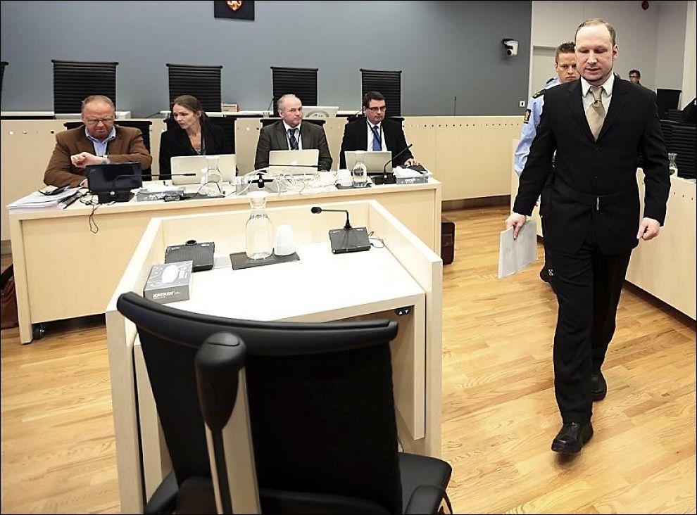 OMFATTENDE MONOLOG: Terroristen Anders Behring Breivik (33) brukte 73 minutter på sin tale til retten. Flere ganger ble han avbrutt av dommeren. - Det er ikke mulig å forkorte rammene for mitt forsvar, svarte Breivik. Foto: NTB Scanpix / Lise Åserud