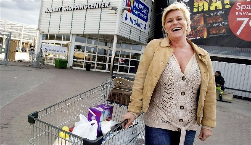 BILLIG: Siv Jensen er først og fremst opptatt av at maten er billigere i Sverige, men hun mener mange også får øynene opp for at matutvalget også er bedre på andre siden av grensen. Foto: Espen Braata