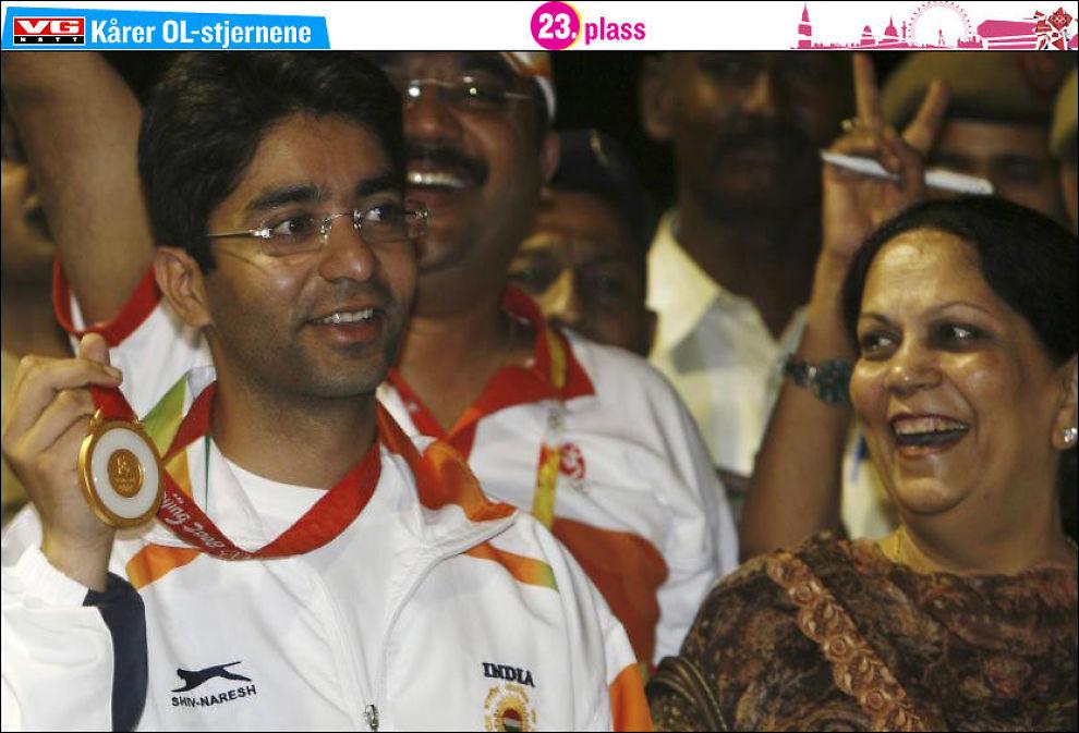 GULLGUTTEN: Abhinav Bindra feirer OL-gullet etter hjemkomsten til India i 2008. Ved hans side moren Babli. Foto: AP