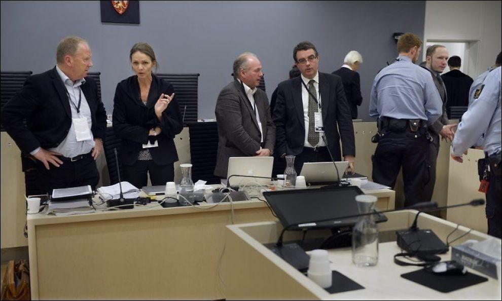 FOKUSERT: Det var en spent stemning i retten etter lunsj i går da Anders Behring Breivik skulle forklare seg om arbeidet til de fire rettspsykiaterne, fra venstre Torgeir Husby, Synne Sørheim, Terje Tørrissen og Agnar Aspaas. Foto: Torgeir Mikalsen / VG