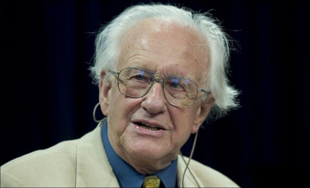 I HARDT VÆR: Johan Galtungs artikkel i tidsskriftet Humanist skaper sterke reaksjoner. Her er den kjente akademikeren og forskeren på en boklansering i 2010. Foto: NTB Scanpix