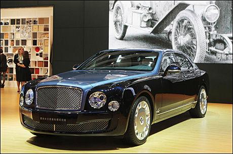 KINA-LUKSUS 2: Luksusbilprodusenten Bentley viser også frem en spesialvariant i Kina. Dette er deres største marked. Mulsanne Diamond Jubilee Edition kalles vidunderet. Også her er det detaljer av gull som sømmer og broderier, bord i baksete i gull og så videre. Bilen skal produseres i 60 eksemplarer, og er en feiring av den engelske dronningens diamantjubileum. Foto: Produsent