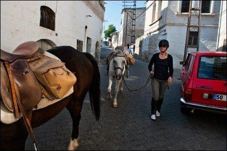 PÅ BY'N: Uchisar er den eneste byen vi får gleden av å ri gjennom gatene. Ellers leier vi hestene gjennom sentrum, som her i Mustafapasa. Foto: GJERMUND GLESNES / VG