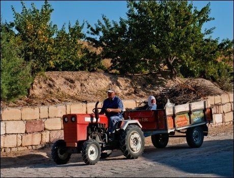 SVÆRT LITE DISNEY: Turistmaskinen Cappadocia virker fjern når man møter denne typen farkoster langs veien. Foto: GJERMUND GLESNES / VG