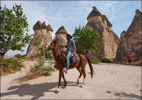 COWBOYSTIL: Det er liten tvil om at Doruk Aktunc (28) kjører en stil som passer på hesteryggen, selv om landskapet i Pasabag ikke er helt Ville vesten. Foto: GJERMUND GLESNES / VG