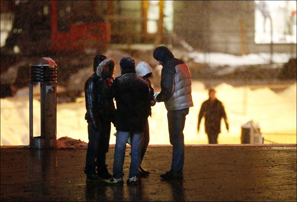 SELGER NARKOTIKA: Ulike etniske grupper har delt dopmarkedet i Oslo mellom seg. Selgere rekrutteres rett fra asylmottakene. En pose hvitt pulver og en bunke sedler skifter hender, mens reisende haster forbi utenfor Oslo Sentralstasjon. Foto: Arkivfoto: KRISTIAN HELGESEN