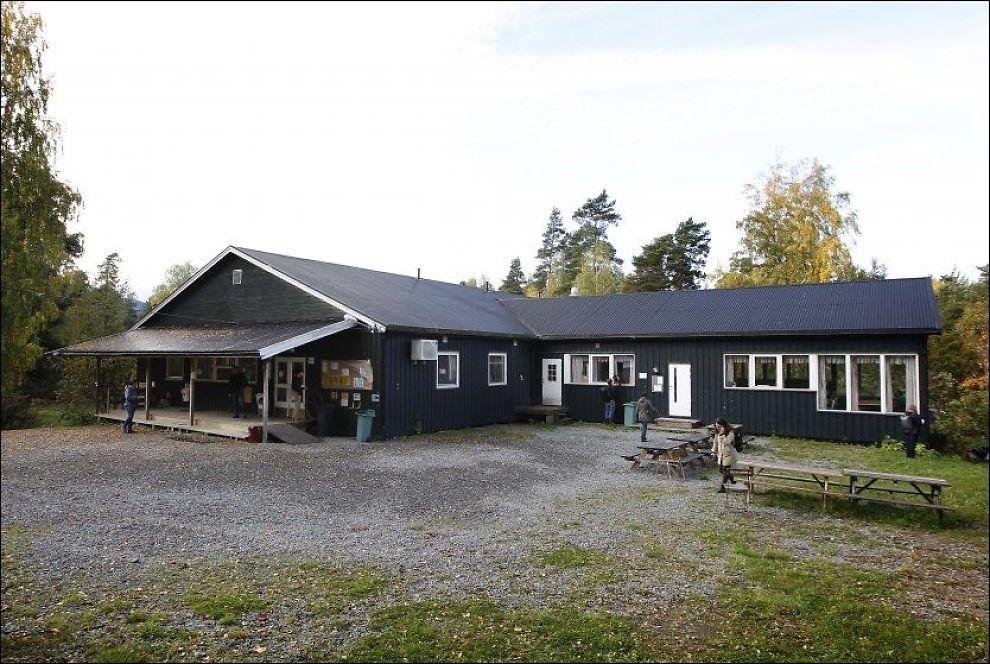 RIVES: Kafébygget der 13 personer ble drept, er blant bygningene på Utøya som skal rives og bygges på nytt. Foto: Erlend Aas, NTB Scanpix
