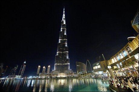 STØRST, HØYEST, BEST...: Dubai Mall ligger ved foten av verdens høyeste bygning, 828 meter høye Borj Khalifa. Foto: GØRAN BOHLIN / VG