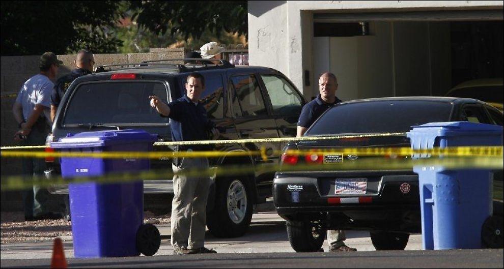 DREPT: Politiet etterforsker åsteder i Gilbert, Arizona. Fem mennesker ble skutt og drept, blant dem var gjerningsmannen selv. Foto: Joshua Lott, Reuters, NTB Scanpix