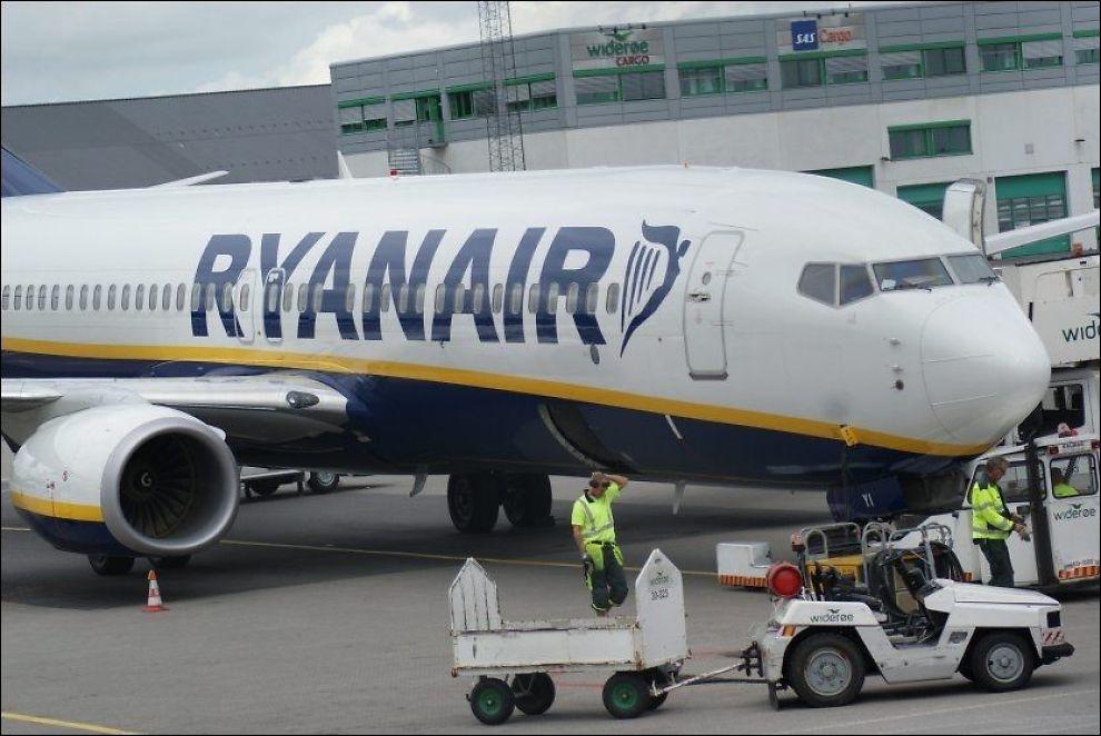 STENGTE DØRER: Beslutningen til besetningsmedlemmene i Ryan Air-flyet om å holde igjen passasjerene i flyet da det landet på Sandefjord lufthavn Torp, skal ha skapt mye irritasjon. Foto: Arkivfoto: Jan Ovind/VG