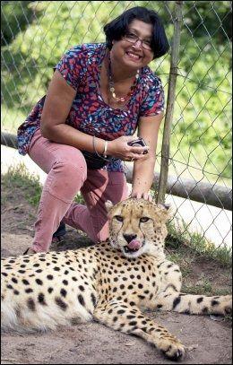 IDYLL: Violet poserte for mannen Archibald sammen med en av gepardene som hun ble fortalt var helt tam. Sekunder senere ble idyllen til et mareritt. Foto: Archibald D'Mello/AP