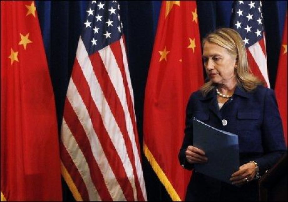 FORHANDLER: USAs utenriksminister Hillary Clintons forlater scenen etter en pressekonferanse i Beijing, fredag. Foto: Shannon Stapleton, Reuters, NTB Scanpix