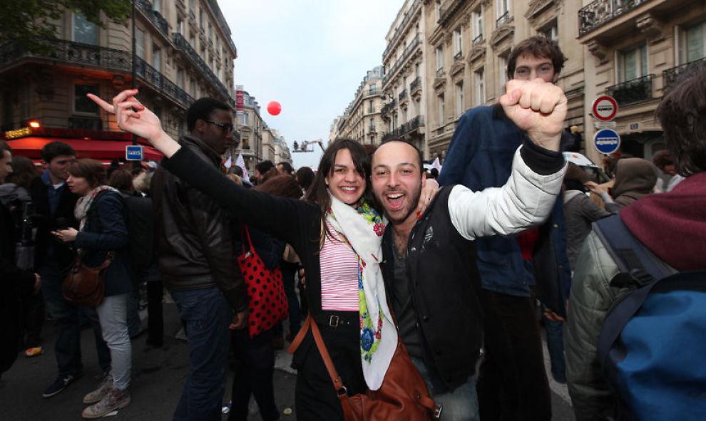 ELLEVILL FEIRING: Marie Josselin (27) og Thomas Royer (26) jubler utenfor Sosialispartoets hovedkontor etter at valgseieren til Francois Hollande er et faktum. Foto: FOTO: BRYNJAR SKJÆRLI/VG