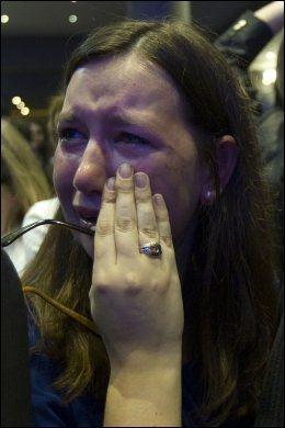 TOK TIL TÅRENE: Nicolas Sarkozys tilhengere hadde ingenting å feire søndag kveld. Denne kvinnen tok til tårene da den sittende presidenten kunngjorde at motstanderen hadde gått av med seieren. Foto: Ap