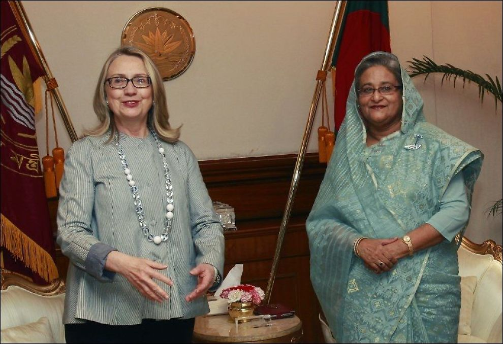 MØTTES: USAs utenriksminister Hillary Clinton møter Bangladeshs statsminister Sheikh Hasina i Dhaka. Foto: Reuters / NTB Scanpix