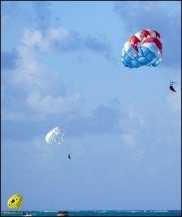 AKTIV FERIE: Mange fristes til å prøve parasailing i ferien, men hvis du blir skadet, dekker ikke alle reiseforsikinger dette. Foto: AFP