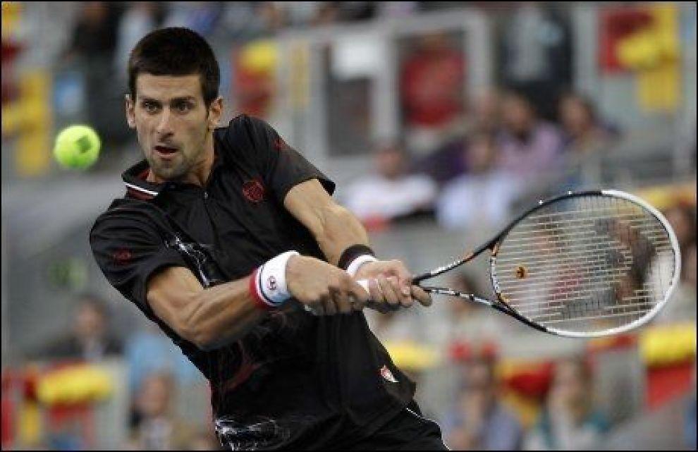 IRRITERT: Novak Djokovic skled rundt på grusen. Foto: AP
