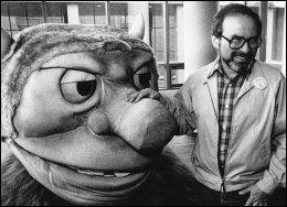 FOR 27 ÅR SIDEN: Maurice Sendak med en figur basert på hans berømte bok om «Huttetuene». Foto: AP